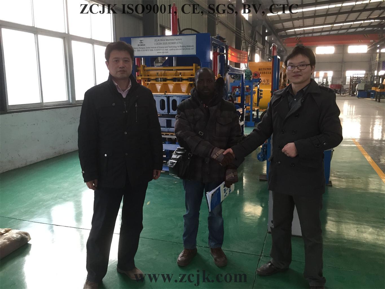 Cliente 20160115 de Uganda de la máquina del ladrillo de ZCJK (9)
